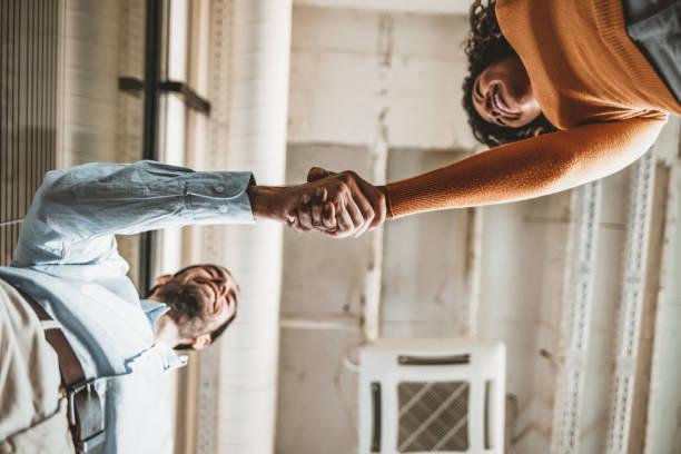 Zwei Menschen schütteln Hände – Foto