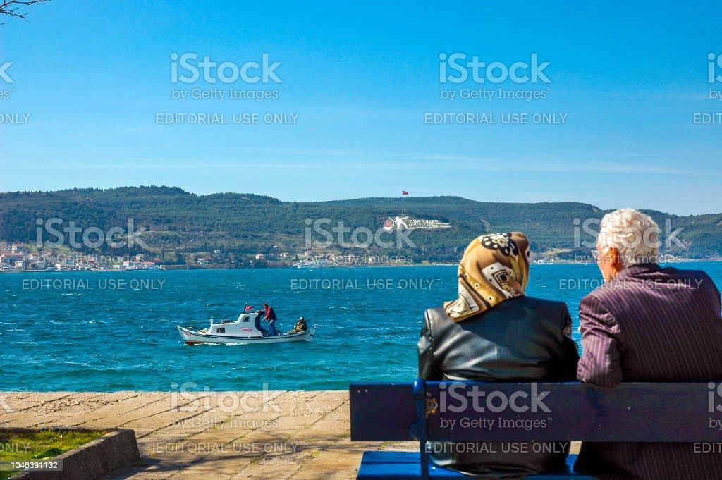 Deux personnes parlant près de Canakkale mer - Photo