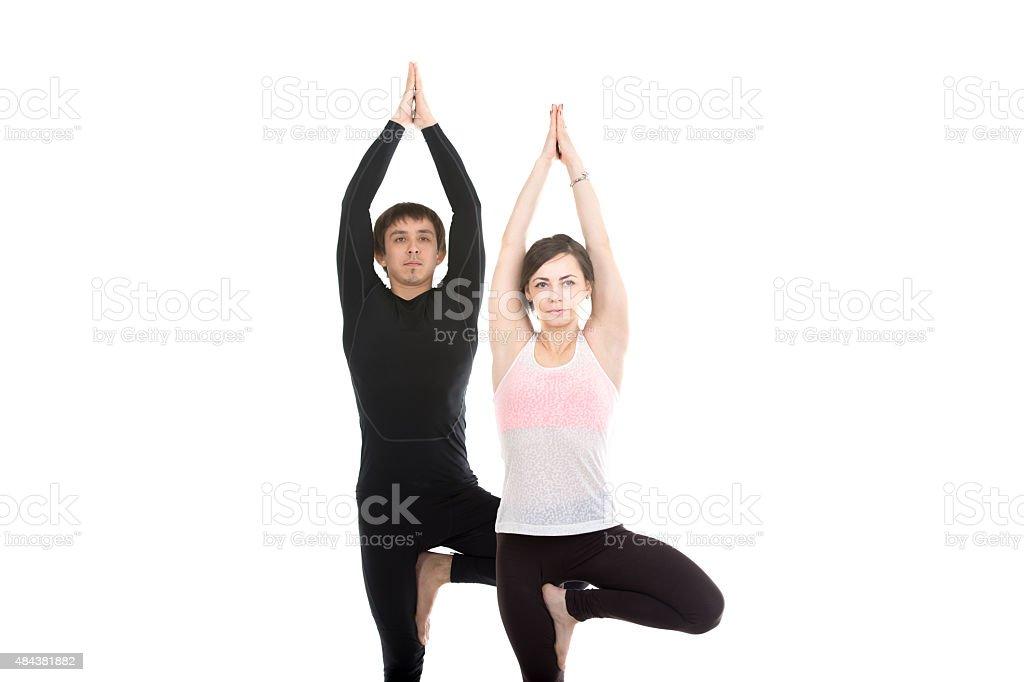 Deux Personnes Debout En Position De Yoga Vrikshasana Photo Libre Droits