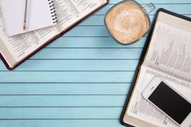 zwei menschen studieren gemeinsam nutzen handys ihre smart als ressource - bible stock-fotos und bilder