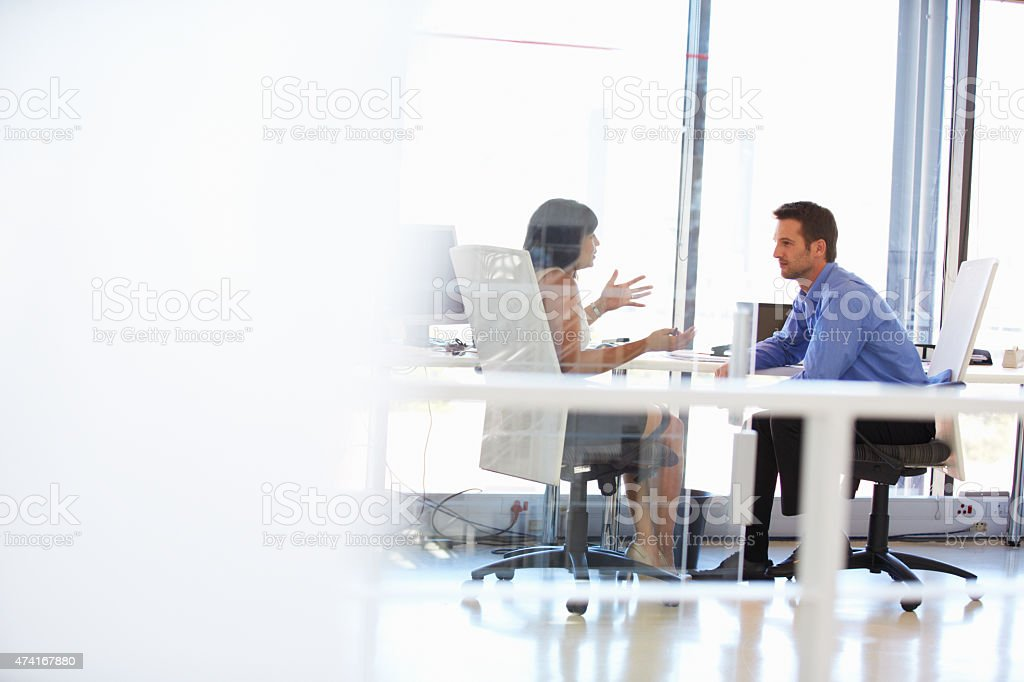 Two people talking in an office​​​ foto