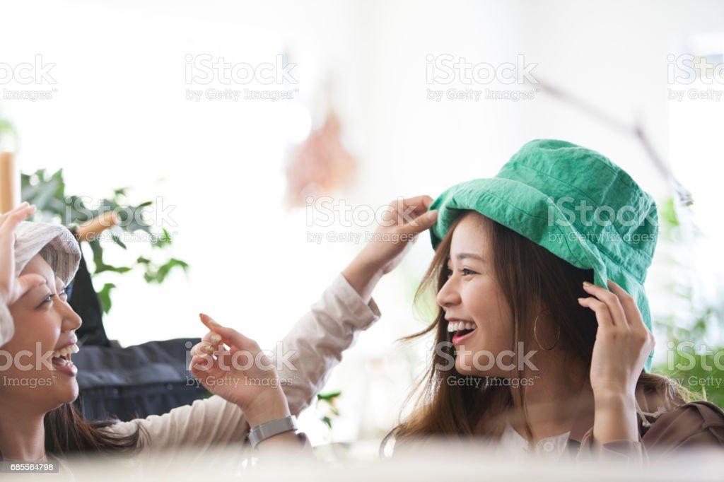모자를 쓰고 두 사람이 웃을 것 이다. royalty-free 스톡 사진