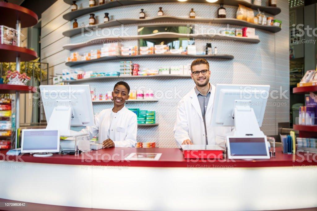 Zwei Apotheker arbeiten in medizinischen speichern – Foto