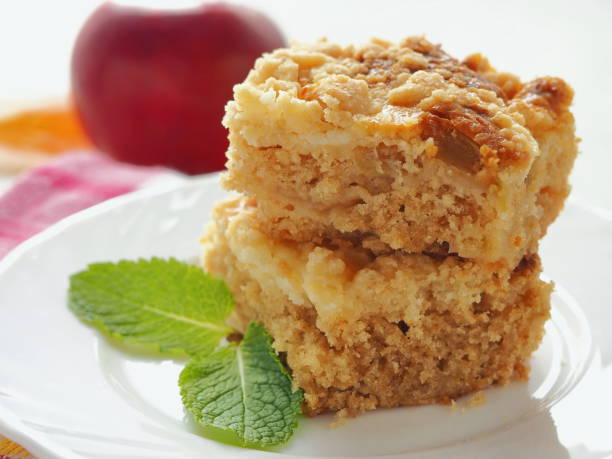 zwei stücke von coffeecake auf weißen teller. frisch streusel-kuchen mit streusel topping. - crumble deutsch stock-fotos und bilder
