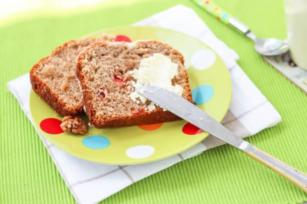 zwei pieces banana-brot gesundes leckeres frühstück loaf walnüsse eismilch green light plate hintergrund selective fokus selective - schokoladen zucchini brot stock-fotos und bilder