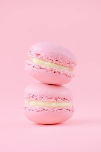 deux roses macarons faits maison, sur fond rose, vertical, sélective focus - dessin au pastel photos et images de collection
