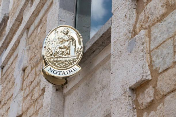 twee plaat notaris in de bouw van bureau voor franse notaire - notaris stockfoto's en -beelden