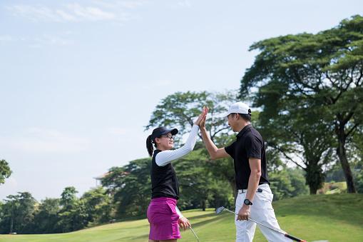 Hoge 5 Na Dat Spel Van Golf Stockfoto en meer beelden van 20-29 jaar