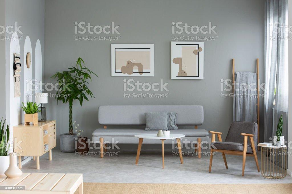 Zwei Plakate Aufhängen An Der Wand In Echtes Foto Von Grauen
