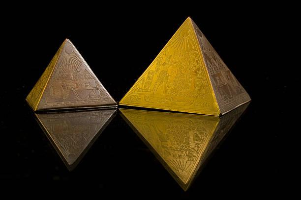 zwei pyramiden - pyramide sammlung stock-fotos und bilder