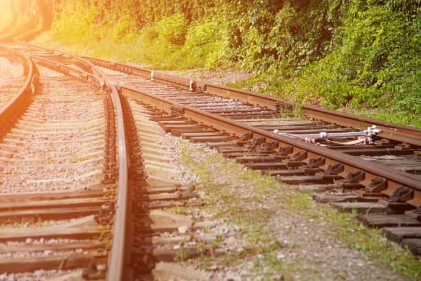 Zwei Bahngleise verlaufen sich zu einem und relativieren sich. Das Konzept der Vereinigung von Lebenswegen, einer gemeinsamen Zukunft – Foto