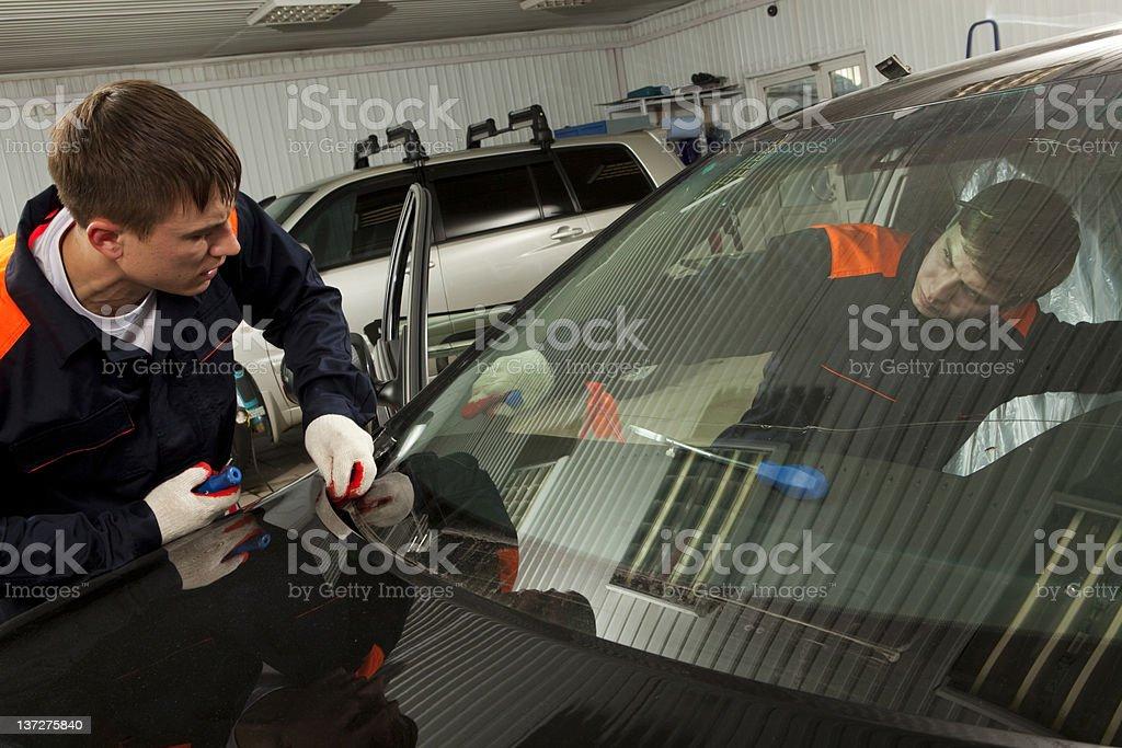 Dwóch prawdziwych mechaników pracujących w Auto naprawa sklep. – zdjęcie