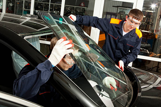 Zwei echte Mechanik Arbeiten in Autowerkstatt. – Foto