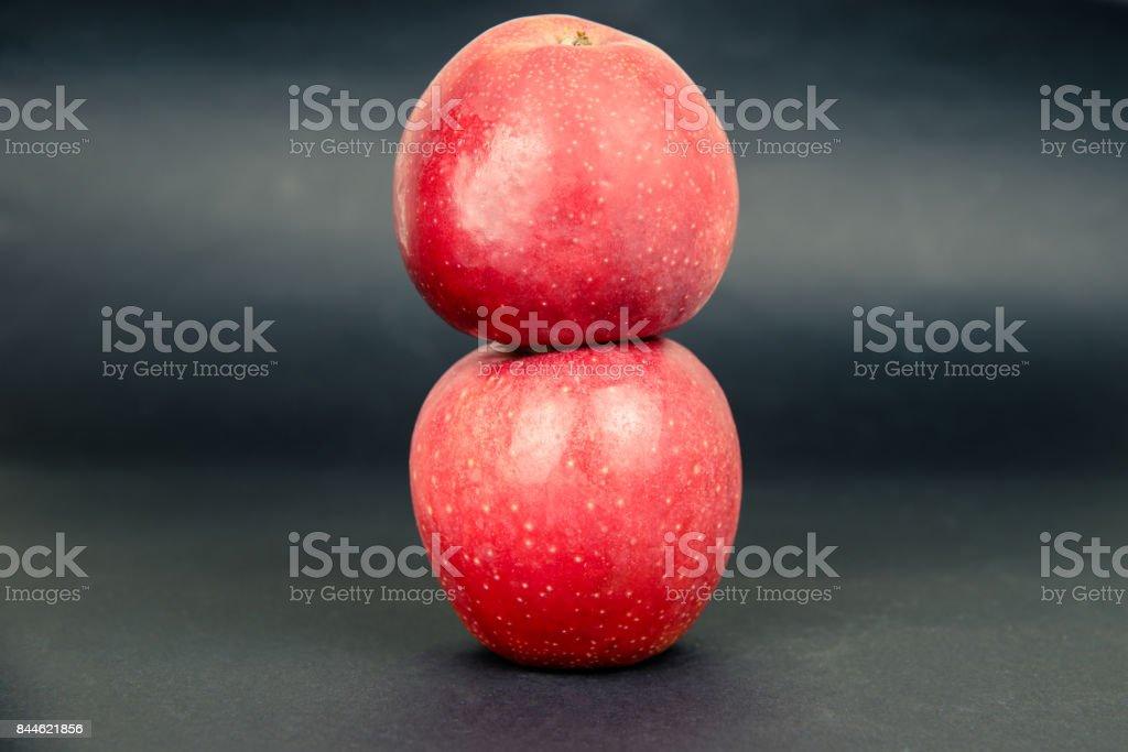 Zwei rote Apfel auf dunklem Hintergrund – Foto