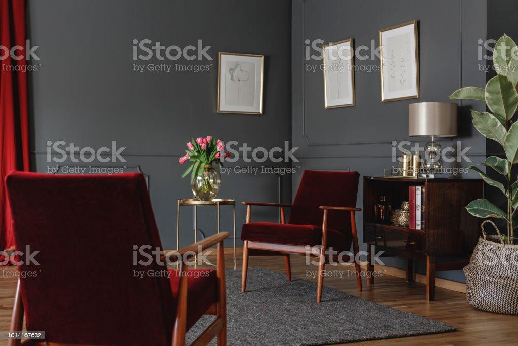 Twee Rode Fauteuils Permanent In Grijs Woonkamer Interieur