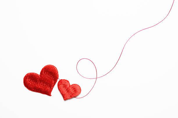 Dos forma de corazón rojo con rosca bordado rojo sobre blanco - foto de stock