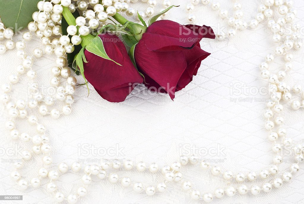 Two Red Roses and Pearls royalty free stockfoto