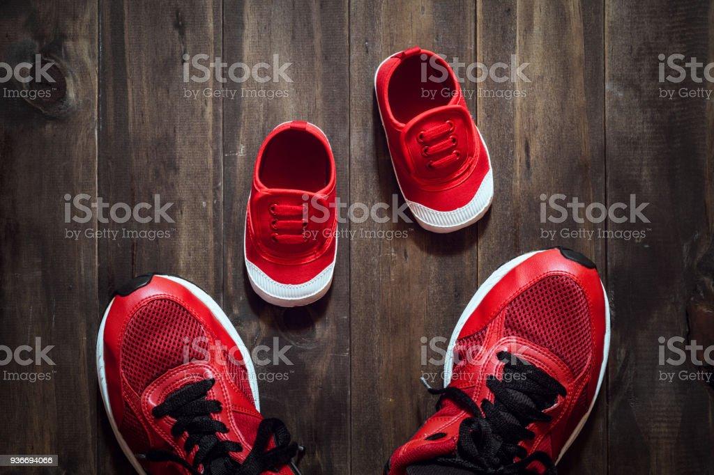 Dos Zapatillas De Deporte Rojo O Zapatillas De Madre O Padre