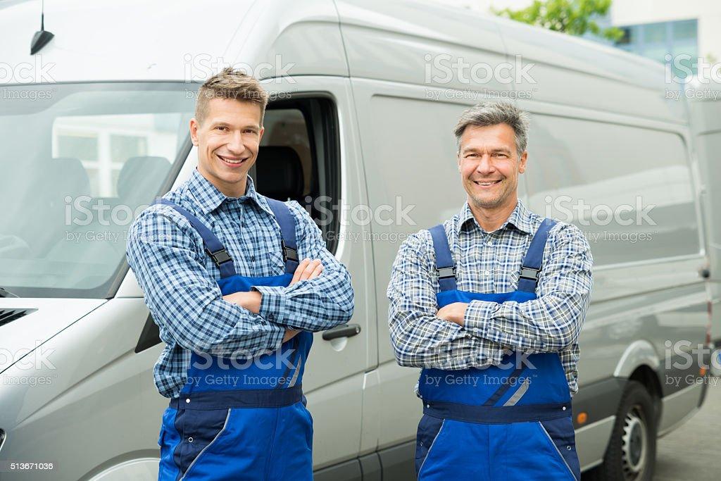 Zwei Reparateure mit Arme verschränkt vor Van – Foto