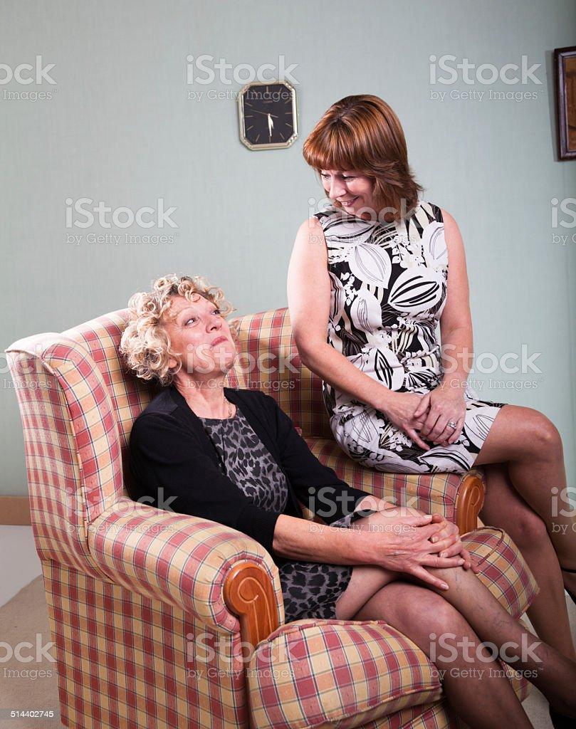 Zwei Retro 60er Jahre Hausfrauen Teilen Einen Witz Stock-Fotografie ...