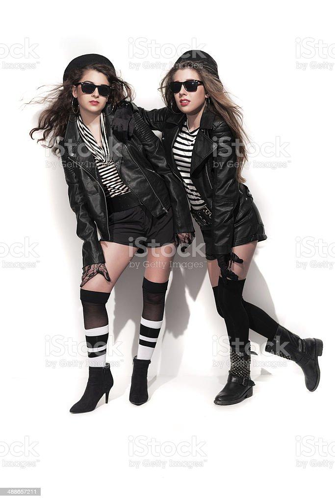 zwei retro look der 80er jahre mode madchen mit sonnenbrille lizenzfreies stock foto