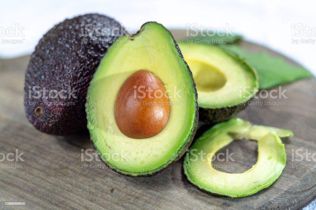 Dois abacates maduros hass cru close-up - foto de acervo