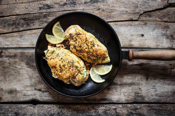 Zwei gebratene Huhn rollt auf Grillpfanne liegend – Foto