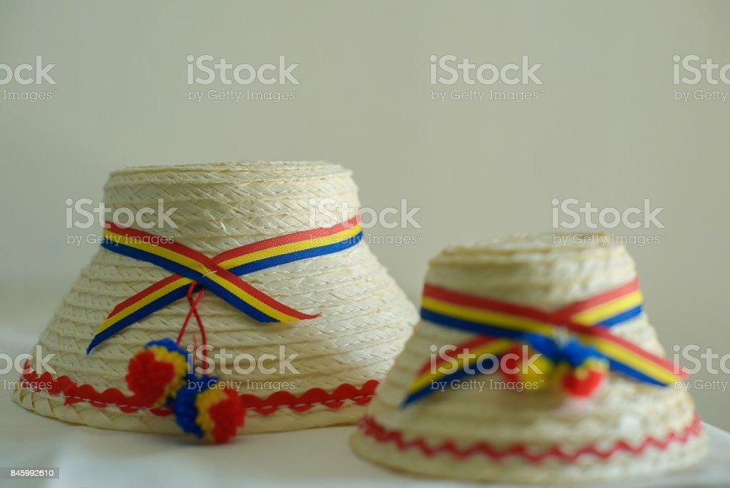 Dos rumanos tradicionales hombres sombreros específicos a la parte norte del país, de Tara Oasului - país de la OEA, Maramures, Rumanía - foto de stock
