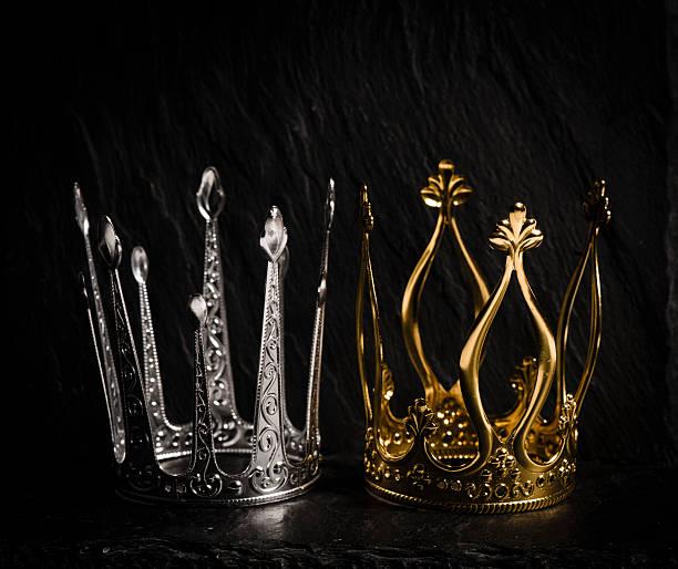 zwei königlichen kronen mit dunklem hintergrund - prinzenkrone stock-fotos und bilder