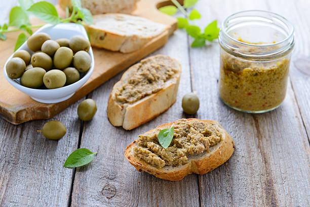 Zwei sandwiches mit Pastete mit grünen Oliven – Foto