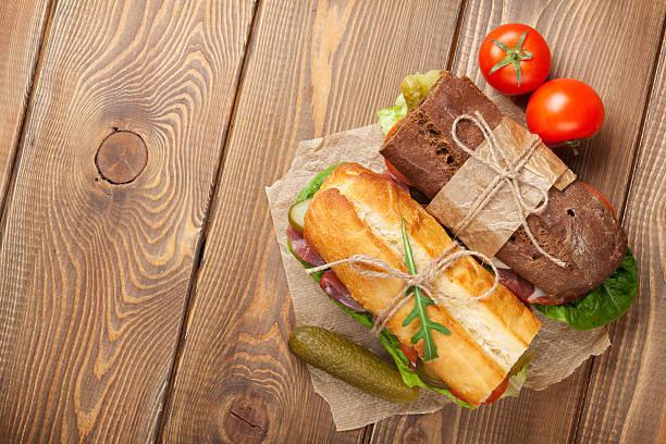 zwei sandwiches mit salat, schinken und käse - käse wurst salat stock-fotos und bilder