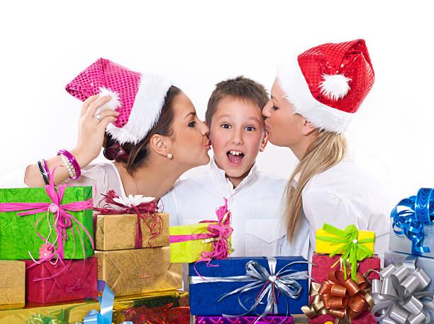 due ragazze bacio ragazzo giovane santa - kids kiss embarrassed foto e immagini stock