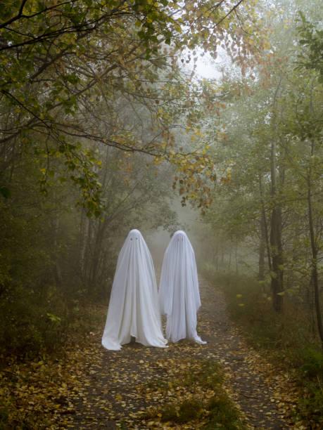 zwei gruselige gespenster im wald - geist kostüm stock-fotos und bilder