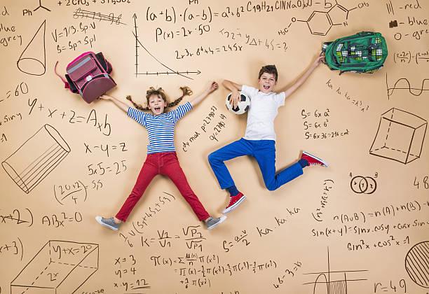 due schoolkids apprendimento - cartella scolastica foto e immagini stock
