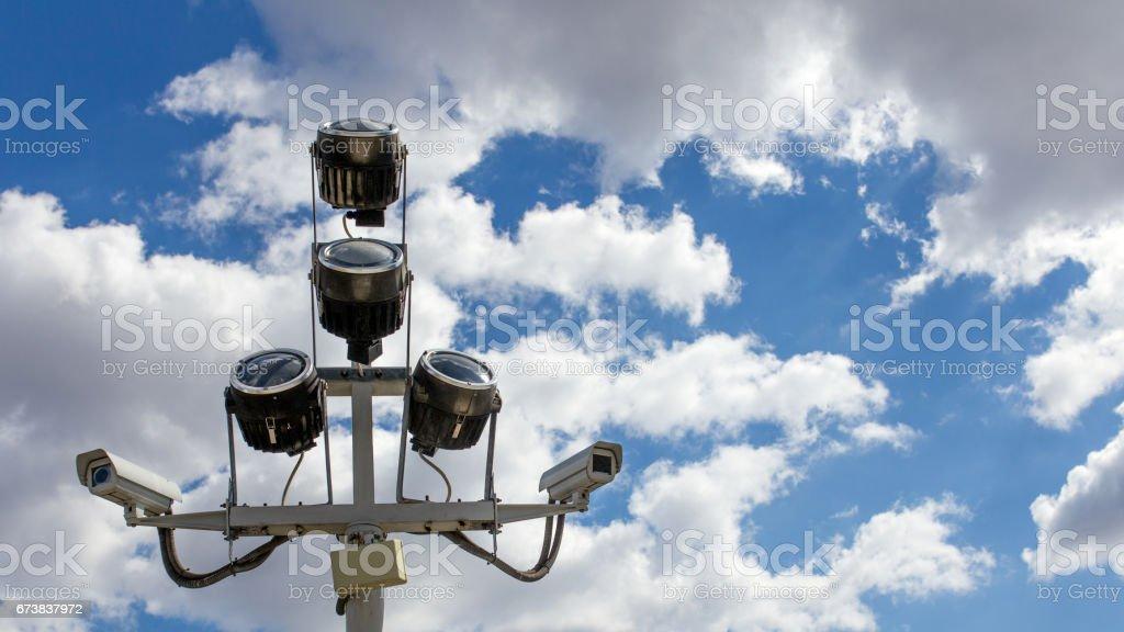 Mavi gökyüzü karşı iki güvenlik kameraları royalty-free stock photo