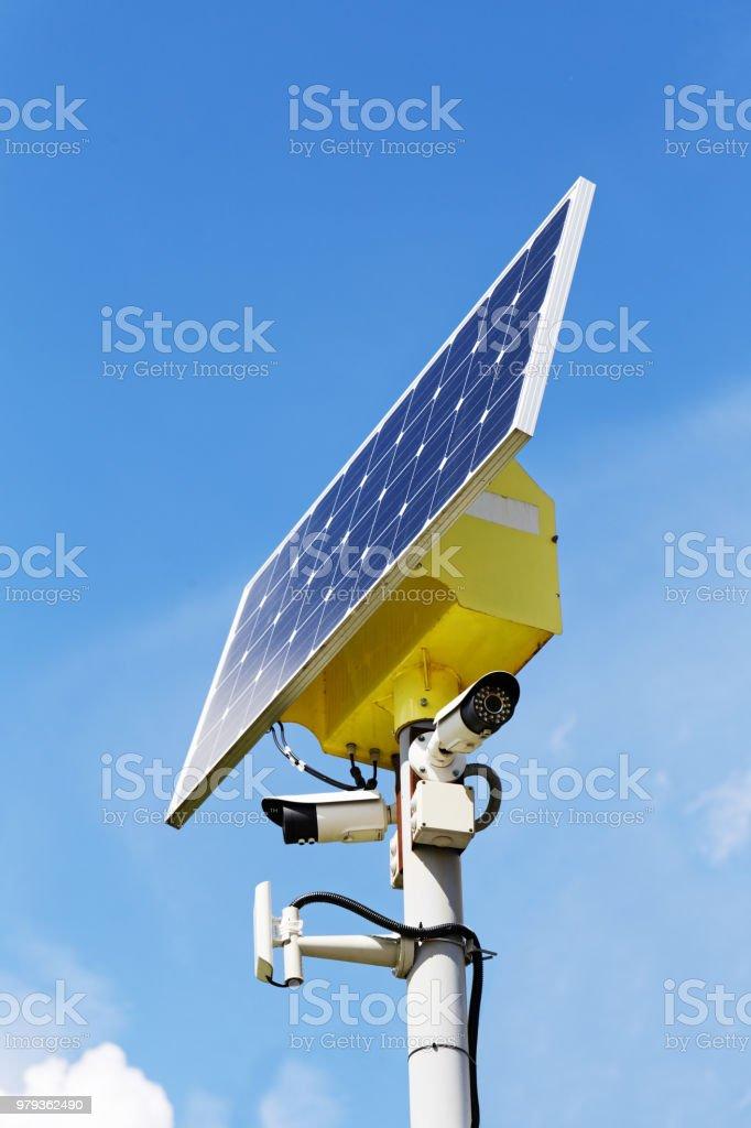 Zwei Überwachungskameras und Solar-Panel auf der post – Foto