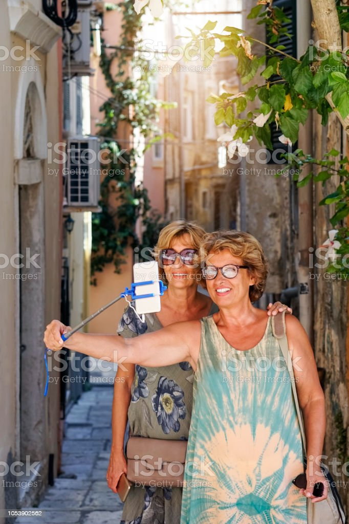Zwei Frauen in Führungspositionen der Korfu-Stadt erkunden – Foto