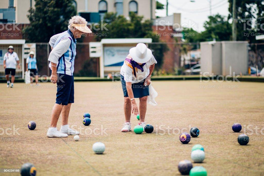 Dos mujeres Senior jugando bolas - foto de stock