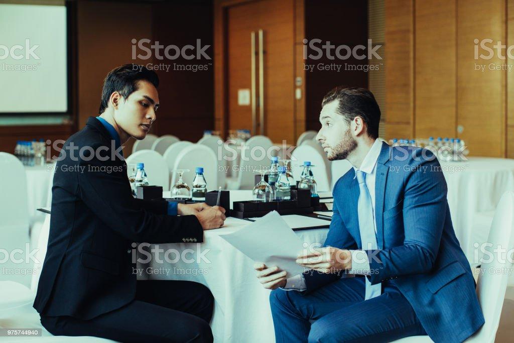 Zwei schwere Geschäftsleute diskutieren zu dokumentieren - Lizenzfrei Anzug Stock-Foto