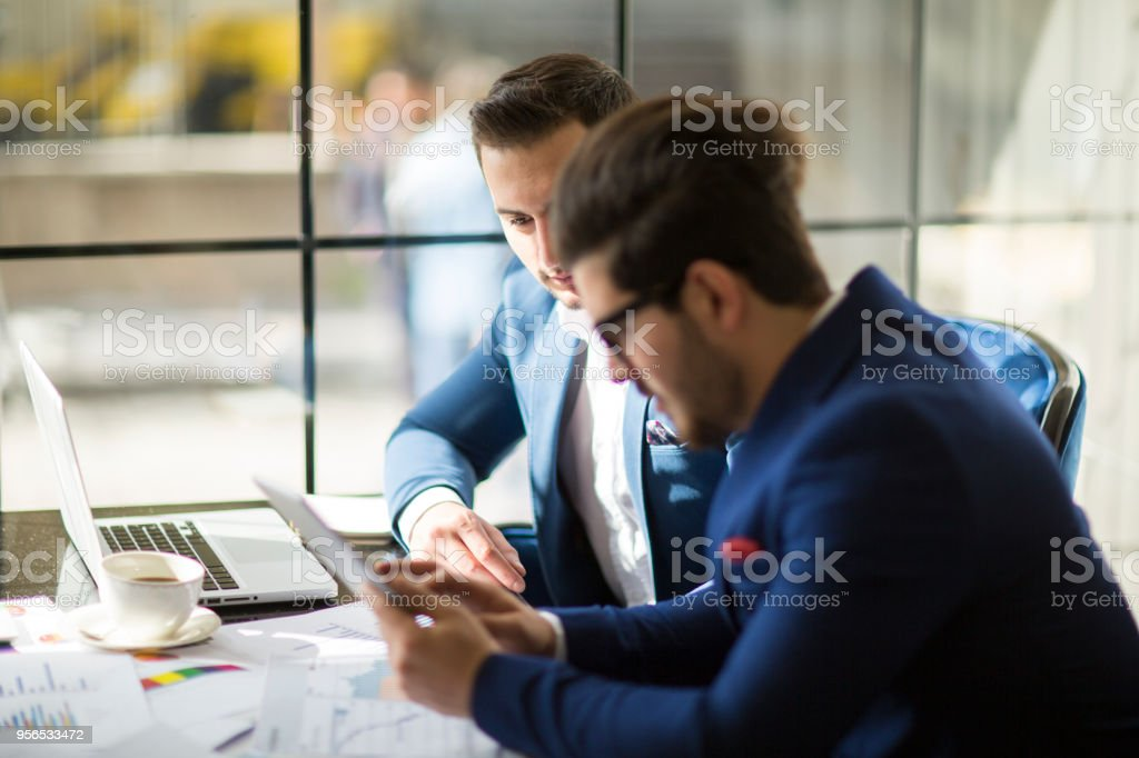 Zwei schwere Geschäftsleute mit Laptop, diskutieren neues Projekt im Büro - Lizenzfrei Abmachung Stock-Foto