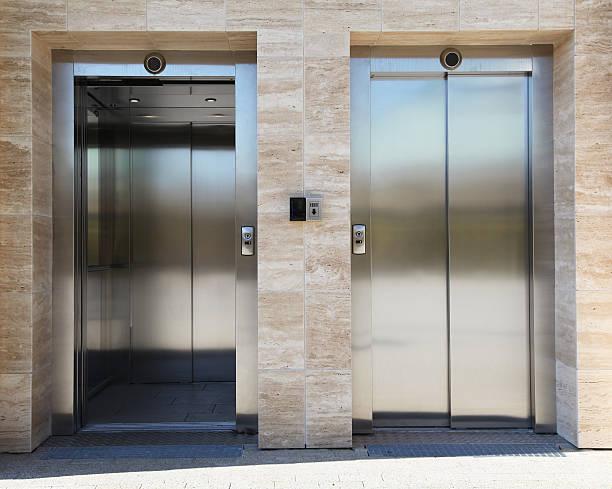 Zwei Aufzüge – Foto