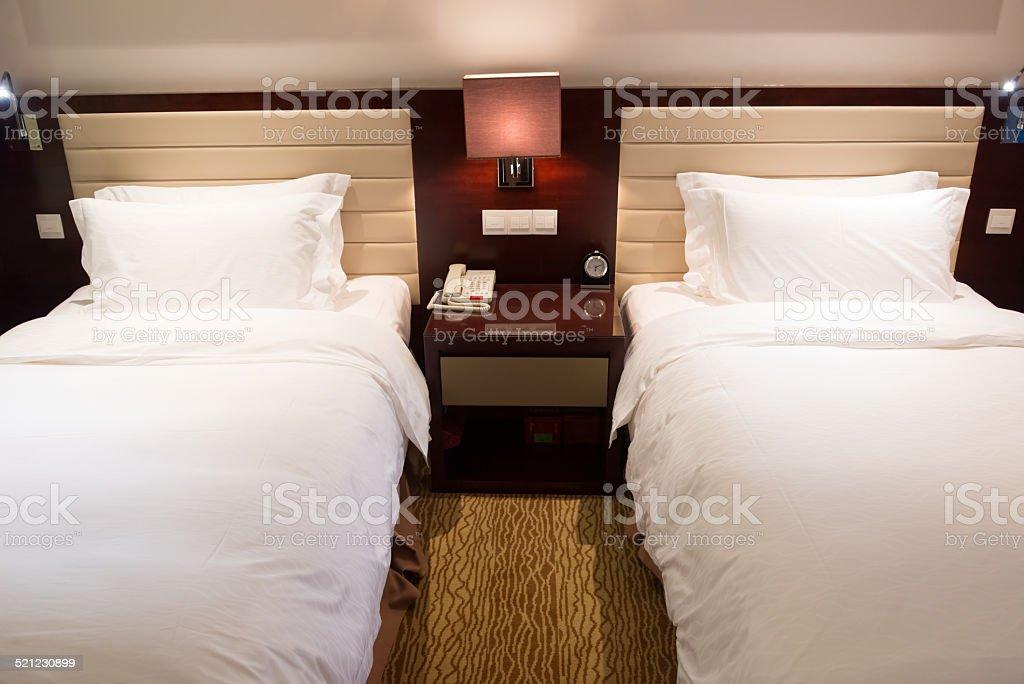 Due letti singoli in una camera di hotel fotografie stock e