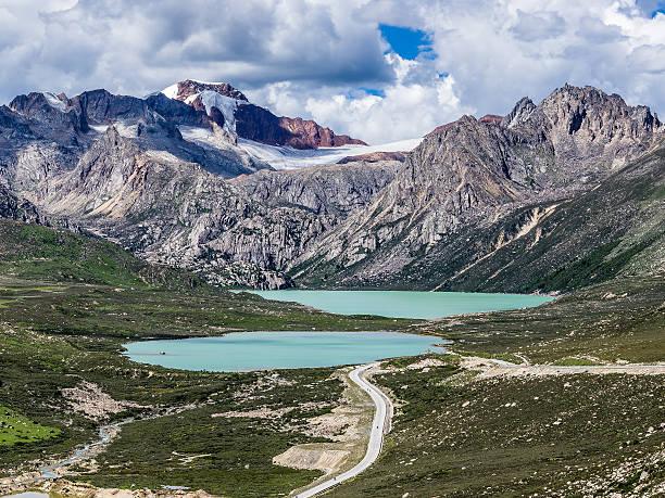 two sister lakes under snow mountain in cloudy sky - ganzi tibet özerk bölgesi stok fotoğraflar ve resimler