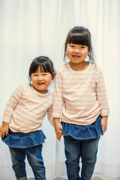 家で 2 人の姉妹。 - 姉妹 ストックフォトと画像