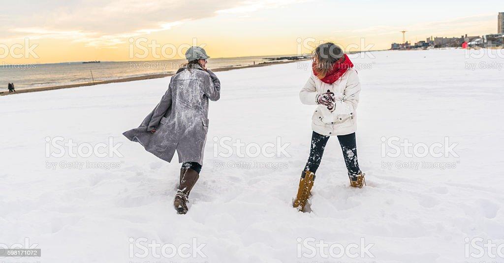 Deux sœurs, adolescent fille, jeu de boules de neige sur la plage de Brighton - Photo