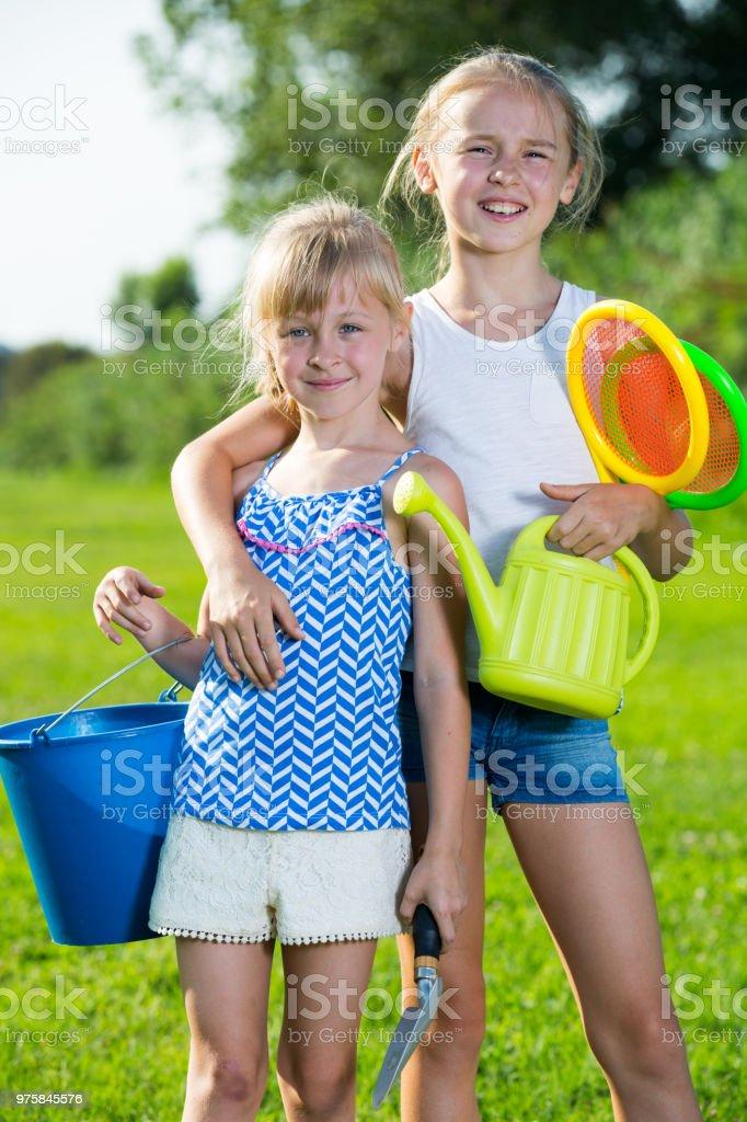 Duas irmãs com brinquedos em Prado - foto de acervo