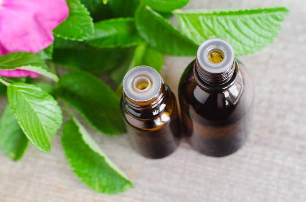 zwei kleine flaschen von natürlicher kosmetik (wesentlich) aromaöl für hautpflege und aromatherapie. - hundezubehör diy stock-fotos und bilder