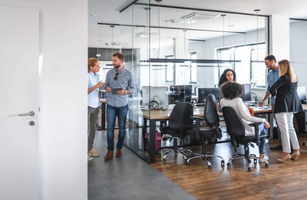 Zwei Small Business Group Diskussionen im Open Plan Office – Foto