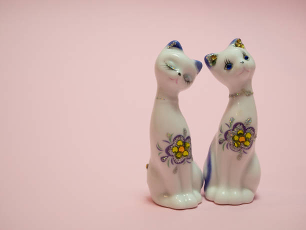 핑크 바탕에 두 개의 작은 세라믹 고양이 - 사람 모형 제작물 뉴스 사진 이미지