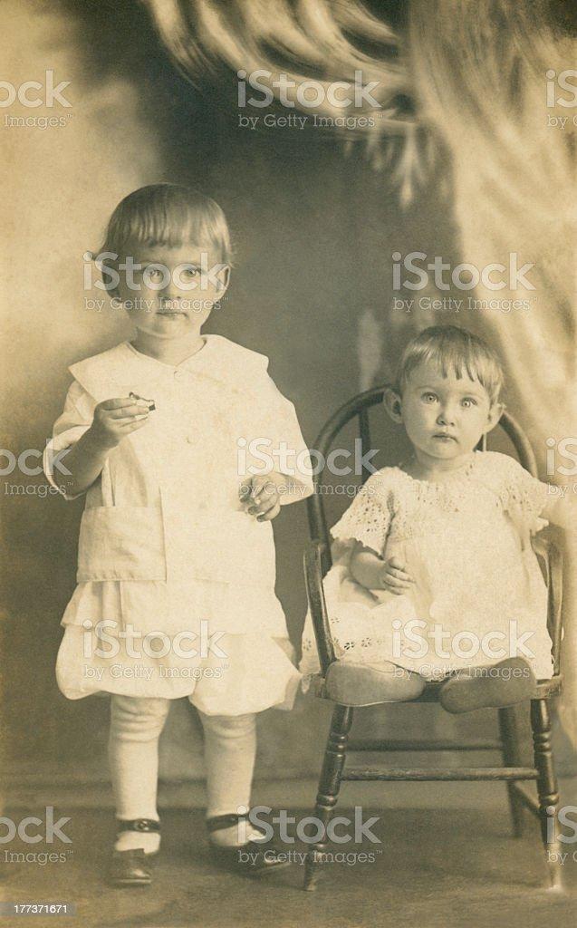 Zwei kleine Kinder im frühen 20. Jahrhundert – Foto